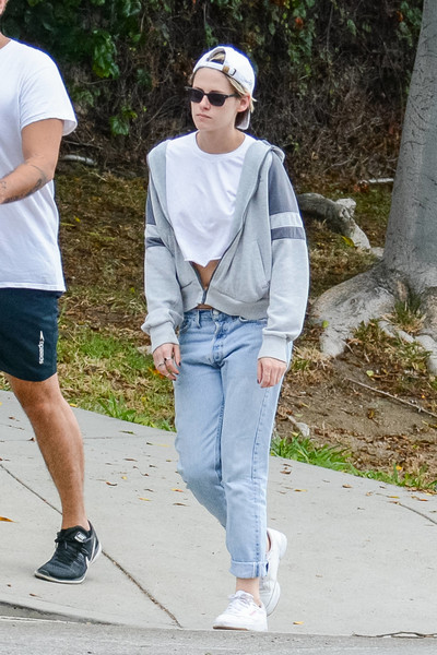 Kristen Stewart completed her outfit with a pair of boyfriend jeans.