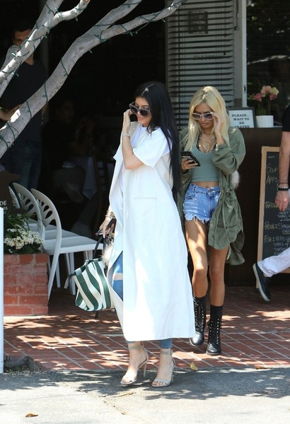 More Pics of Kylie Jenner Printed Tote (1 of 9) - Kylie Jenner Lookbook - StyleBistro []