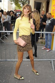 Alexa Chung added shine via a pair of bow-adorned gold pointy flats.