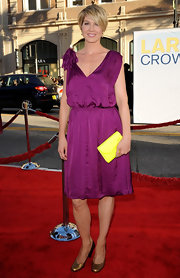 Jenna Elfman wore a silky violet dress with shoulder accent at the premiere of 'Larry Crowne.'