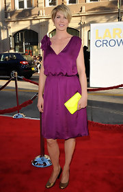 Jenna Elfman accented her ensemble with a lemon yellow clutch at the premiere of 'Larry Crowne.'