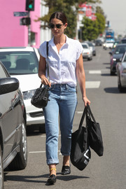 Lily Aldridge teamed her shirt with a pair of boyfriend jeans by Re/Done.