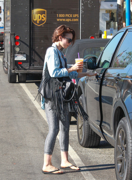 More Pics of Lily Collins Oversized Shopper Bag (1 of 7) - Oversized Shopper Bag Lookbook - StyleBistro []