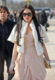 Looking very glamourous, LiLo heads into Paris Fashion Week donning a pair of fabulous oversized shades. Her cropped fur jacket and chiffon dress were very feminine and gave her a very chic look. Way to go Lindsay!