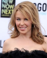 Kylie Minogue chose a soft pink lip color to give her a fun and flirty beauty look.