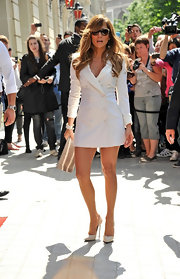 Jennifer Lopez teamed her sexy white double-breasted trench dress with 8593 pumps.