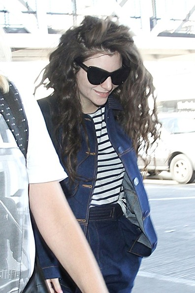 Lorde looked chic wearing these cateye sunnies while catching a flight.
