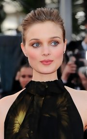 Bella Heathcote matched her eye makeup with nude lips at the 'Madagascar 3' premiere.