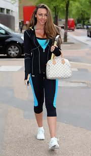 Michelle kept her look sporty from head to toe with these knee-length black and blue leggings.