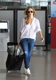 Minka chose a pair of skinny jeans to balance out her oversized white button down.