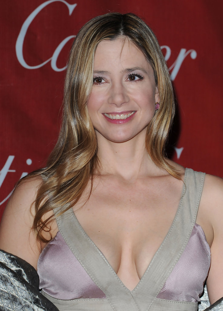 Mira Sorvino Long Wavy Cut Mira Sorvino Looks Stylebistro