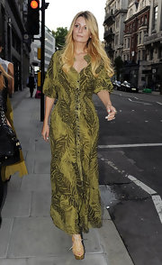 Mischa Barton matched the '70s vibe of her green leaf print maxi dress with nude canvas lace-up sandals with gold platforms.
