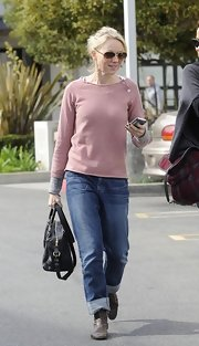 Even in slouchy boyfriend jeans Naomi Watts looked cool and feminine.