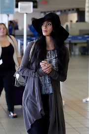 Nicole wears an ultra-floppy hat to the airport for this laid-back style.
