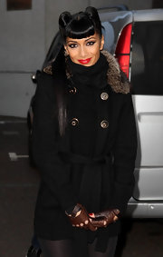 Nicole rocks some brown snake embossed fingerless leather gloves with her all black ensemble.