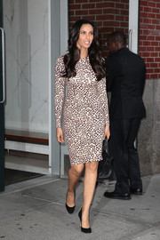 Padma Lakshmi paired her dress with basic black pumps.