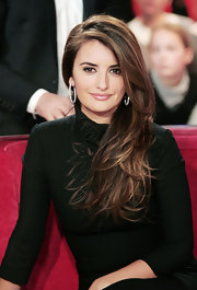 The sultry Spanish actress swept her highlighted brown locks to one side and showed off her sexy piecey layers.
