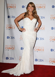 Mariah looks statuesque in her fitted gown and this old Hollywood hairstyle. Ms. Carey's hair is side-parted and loosely waved with a large barrel curling iron.