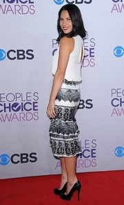 Olivia Munn paired her People's Choice Awards look with black Christian Louboutin pumps.