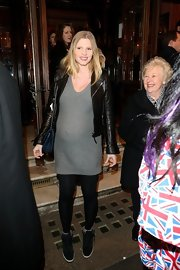 Lara Stone showed off her baby bump with this casual gray maternity dress.