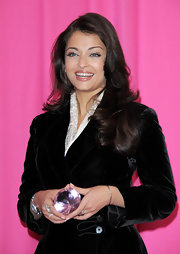 Here Aishwarya opted for a big voluminous curls that show off her subtle honey brown highlights.