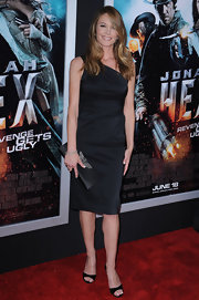 Diane looked classic in black, pairing her one shoulder dress with a satin clutch and peep toe pumps.