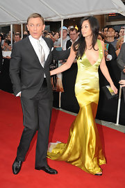 Satsuki Mitchell looked dazzling in her low-cut ombre mermaid gown.
