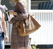 Rachel McAdams topped off her hippie-chic look with an oversized leather tote.