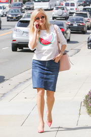 Reese Witherspoon finished off her ensemble with a pink bucket bag.