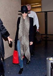 Nicole Richie showed her wild side with this leopard print scarf.