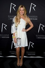 Cheska Hull channeled her inner-hippie with a flowy one-shoulered dress.