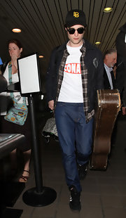 Robert Pattinson looked casual in a pair of classic blue jeans.