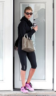 Rosie Huntington-Whiteley left her ballet class carrying a simple yet stylish taupe leather tote by Chloe.