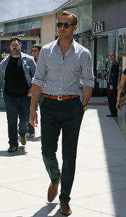 Ryan Gosling showed off his stylish side with a pair of trendy wingtips as he shot on location in the Westfield Century City Mall.