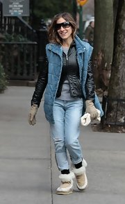 SJP sported slouchy boyfriend jeans with an otherwise curious ensemble.