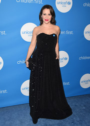 Alyssa Milano went for classic glamour in a strapless black gown by Landero at the 2018 UNICEF Ball.