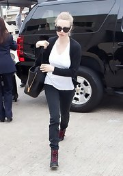 Amanda Seyfriend kept it simple while traveling when she chose black skinny pants.