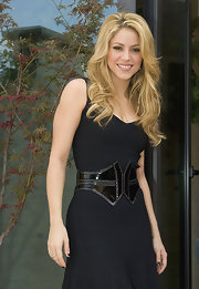 Shakira makes a fashion statement in a patent leather belt with her simple-chic LBD.