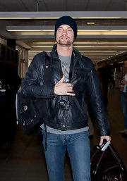 Shane West traveled in style in a handsome black leather jacket.