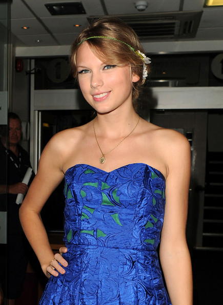 taylor swift updo. Taylor Swift Hair