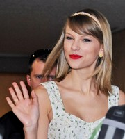 Taylor Swift accessorized with a sparkly headband during her flight to Japan.