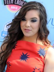 Hailee pumped up the drama with bold blue smoky eyes that extended all the way to her brow.