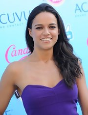 Michelle Rodriguez opted for a simple loose 'do with subtle waves when she attended the Teen Choice Awards.