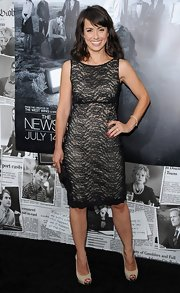 Constance Zimmer looked elegant from head to toe with this black lace shift dress.