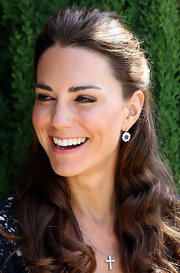 Kate dazzled at a Beverly Hills charity event in a blue and white sweater paired with a simple diamond cross necklace.