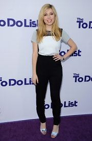 Jennette's tapered slacks kept her look classic and preppy.