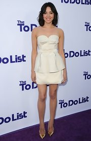 Aubrey's stark white structured strapless dress showed off the actress' fun and flirty side!