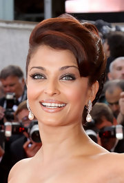 These elegant pearl earrings are the perfect accent to Aishwarya's elegant up do and give the star an extra sparkle on the red carpet.