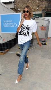 Jourdan Dunn teamed her tee with Tu es Mon Tresor pearl-embellished boyfriend jeans. Definitely not your ordinary denim!
