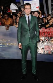 RPatz looked unconventionally elegant at the 'Breaking Dawn - part 2' premiere in a green-and-black micro-houndstooth suit.